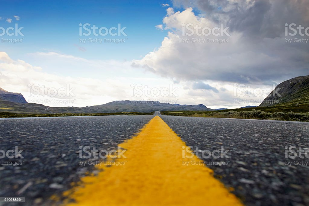 Amarillo marcación de carretera se divide el pavimento en un paisaje de Noruega - foto de stock