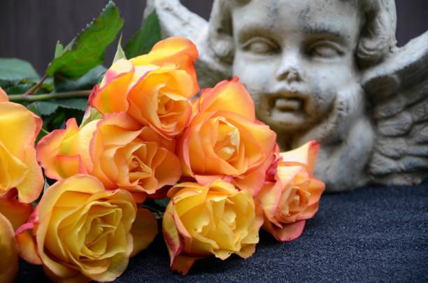 gelbe Rose und Engel – Foto