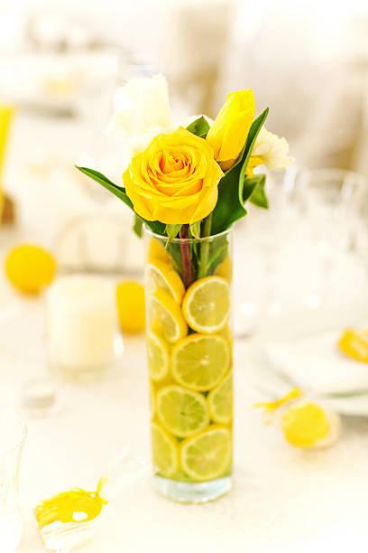 Gelbe Rosen in vase mit Zitrone – Foto