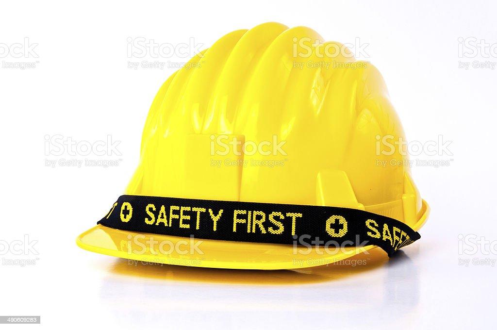 Sombrero amarillo Casco de seguridad con seguridad primera palabra  etiqueta. foto de stock libre de b46678b2099