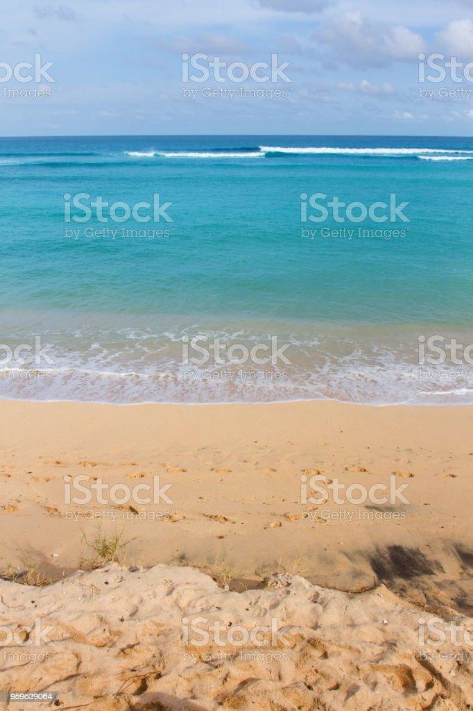 línea de Costa de arena amarilla con azul mar espumoso en un día soleado. - Foto de stock de Agua libre de derechos