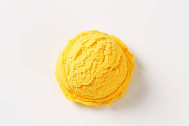 Amarelo bola de sorvete no fundo branco - foto de acervo