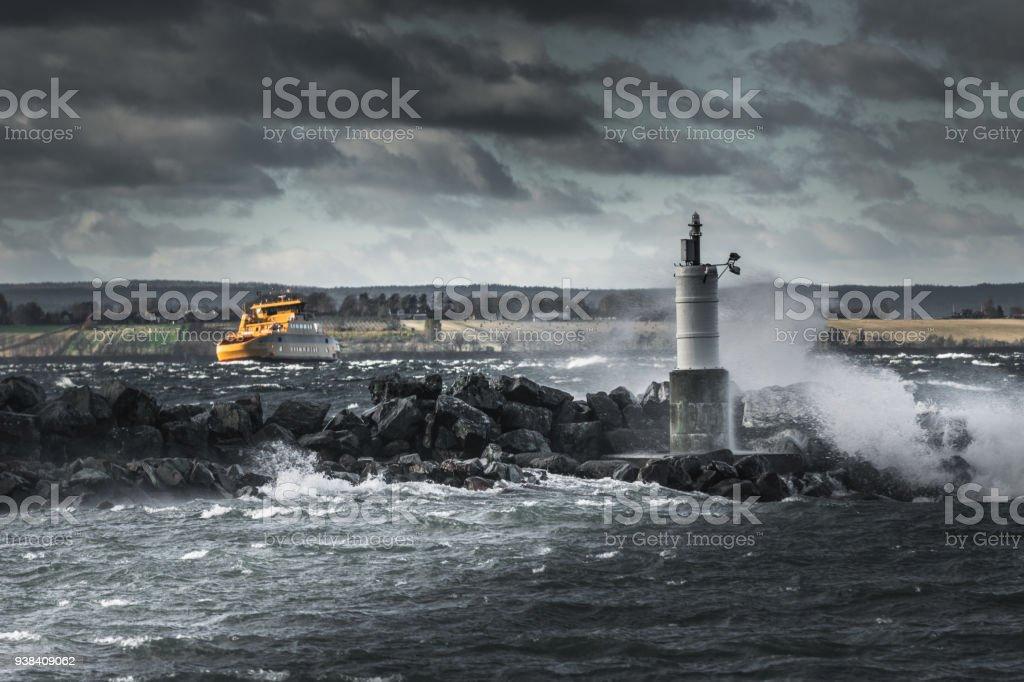 Gula skepp kämpar i stormigt väder - Royaltyfri Blå Bildbanksbilder
