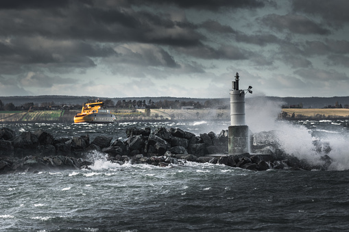 Gula Skepp Kämpar I Stormigt Väder-foton och fler bilder på Blå