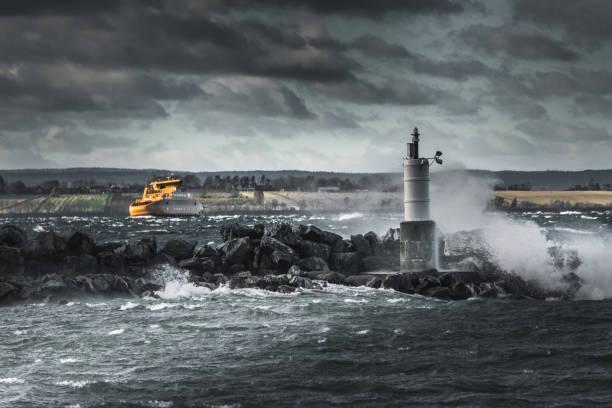 gula skepp kämpar i stormigt väder - ferry lake sweden bildbanksfoton och bilder