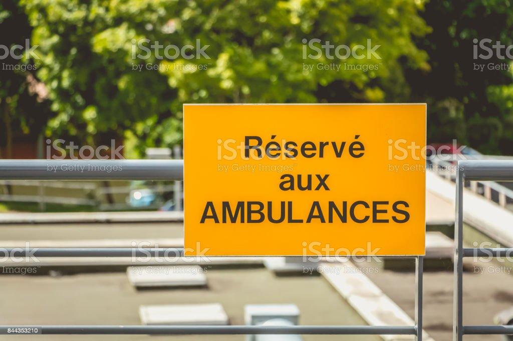 signe jaune ou il est écrit en Français: réservé aux ambulances - Photo