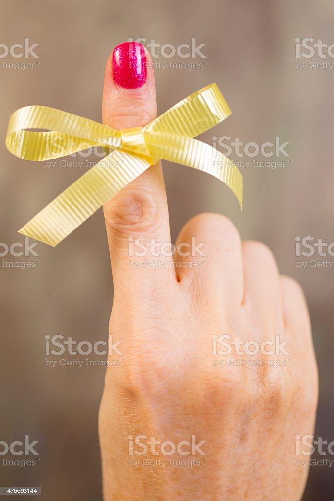 Gelbe social-Schleife gebunden Zeigefinger.  Erinnerung. – Foto