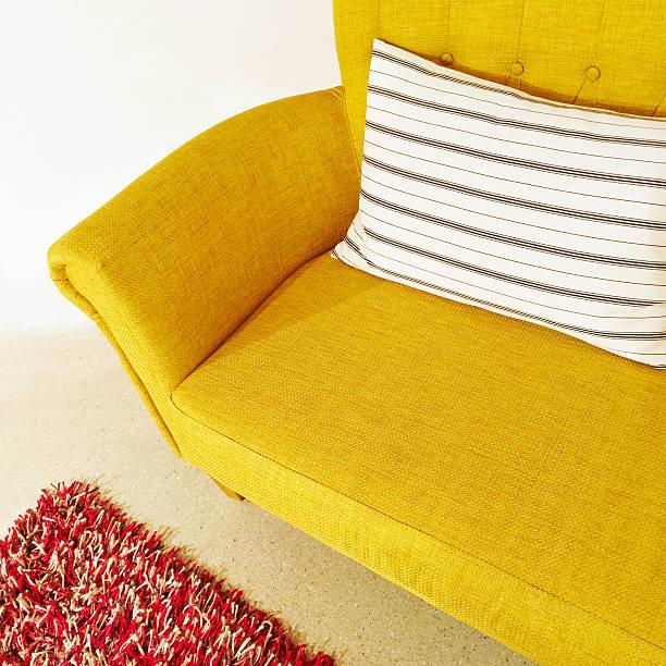 gelbe sofa mit gestreiften dämpfung - moderne 50er jahre mode stock-fotos und bilder
