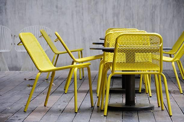 gelbe stahl stuhl - couchtisch metall stock-fotos und bilder