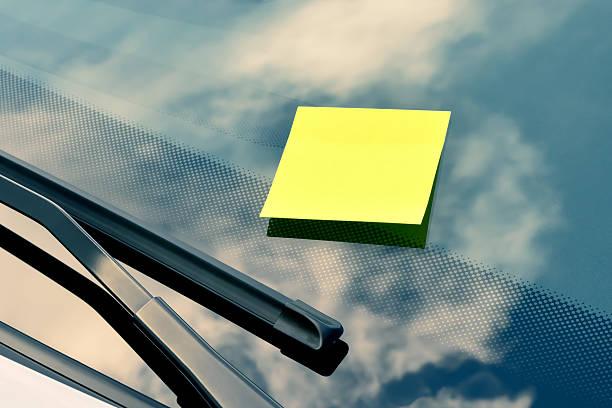 Gelbe Klebezettel auf der Windschutzscheibe – Foto