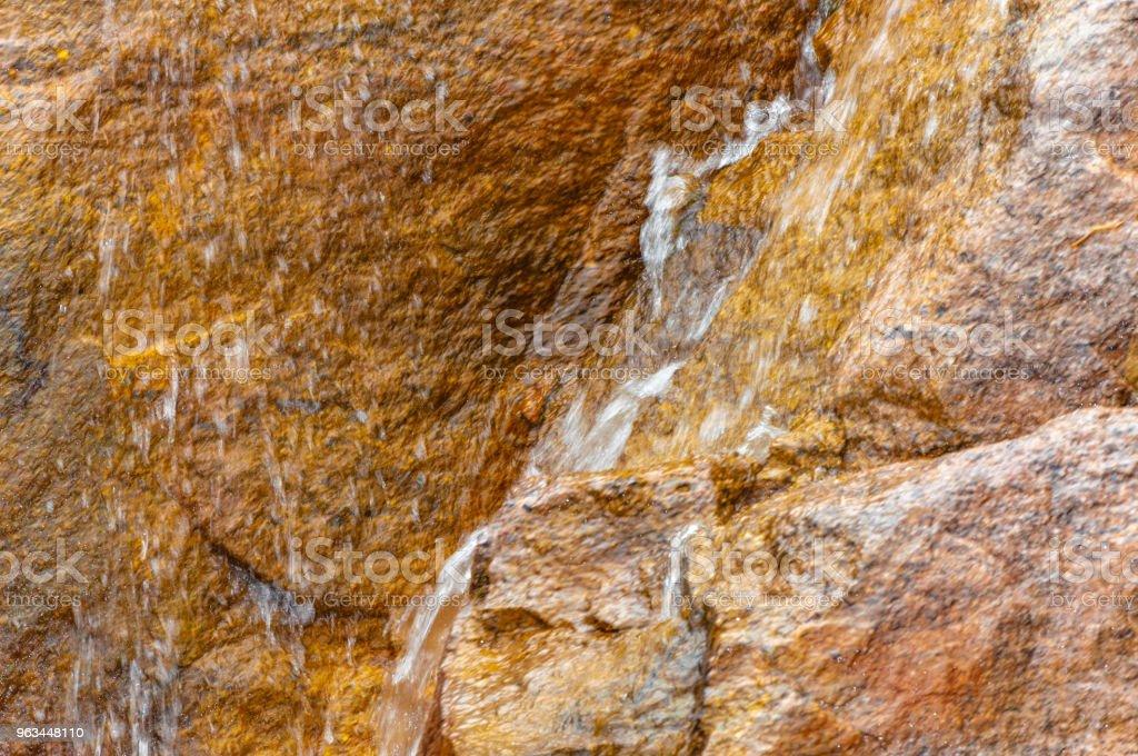 Sarı taş çalışan su arka plan - Royalty-free Akmak Stok görsel