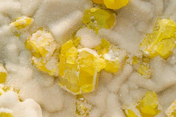 Gelbe sulphur auf Aragonit von Sizilien. – Foto