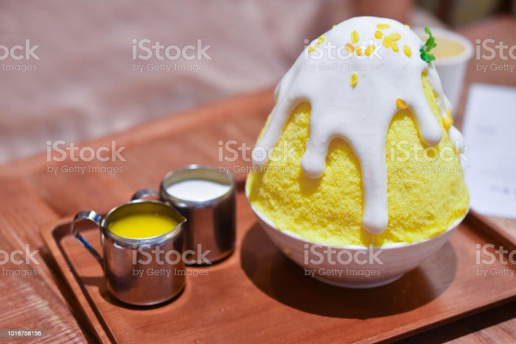 노란 달콤한 끈 적 쌀과 망고 수 제 bingsu kakigori 스톡 사진