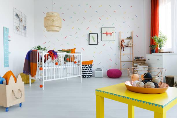 gelbe tabelle im kinderzimmer - fuchs kissen stock-fotos und bilder