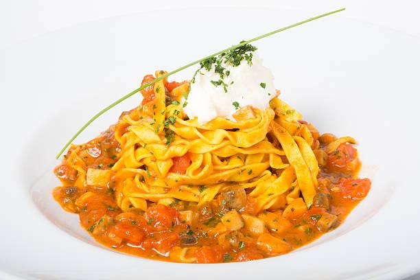 yellow tagliatelle pasta - safransauce stock-fotos und bilder