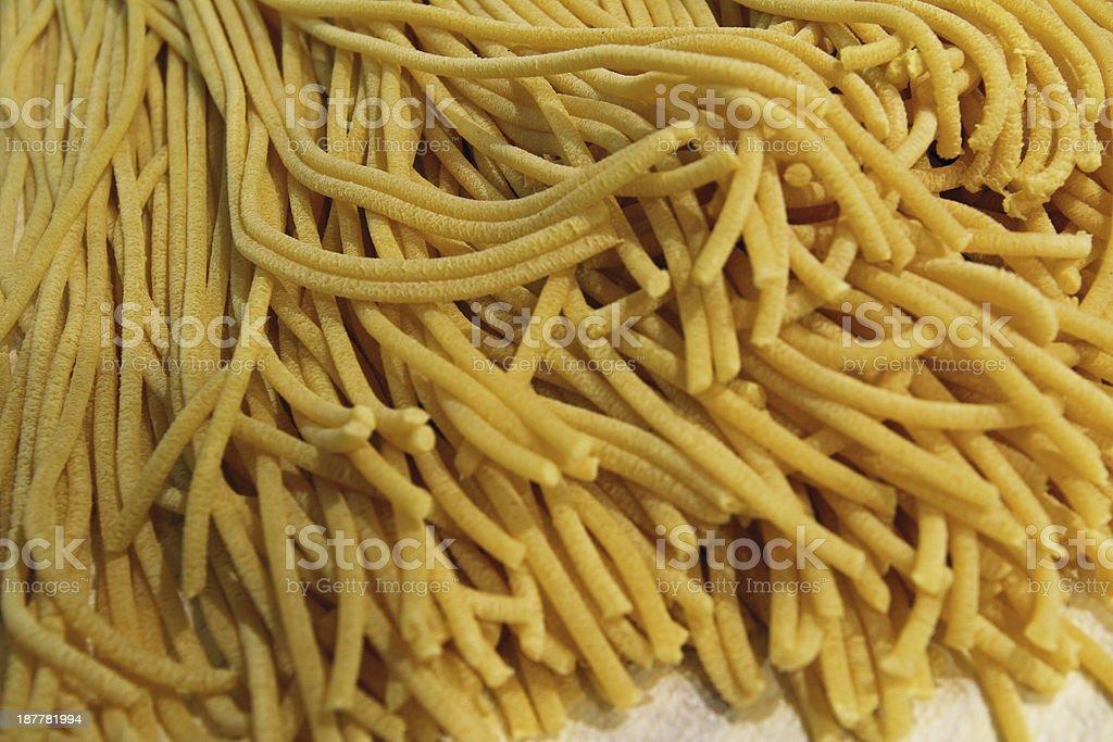 Giallo gustoso Spaghetti artigianali con uova e farina - foto stock