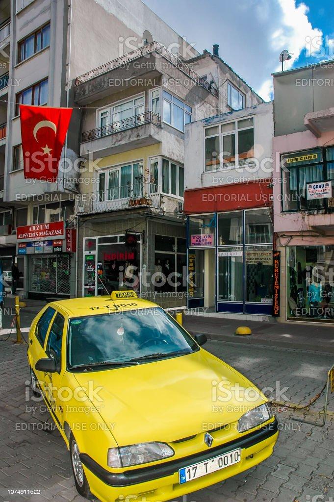 Taxi jaune sur les rues de Canakkale - Photo