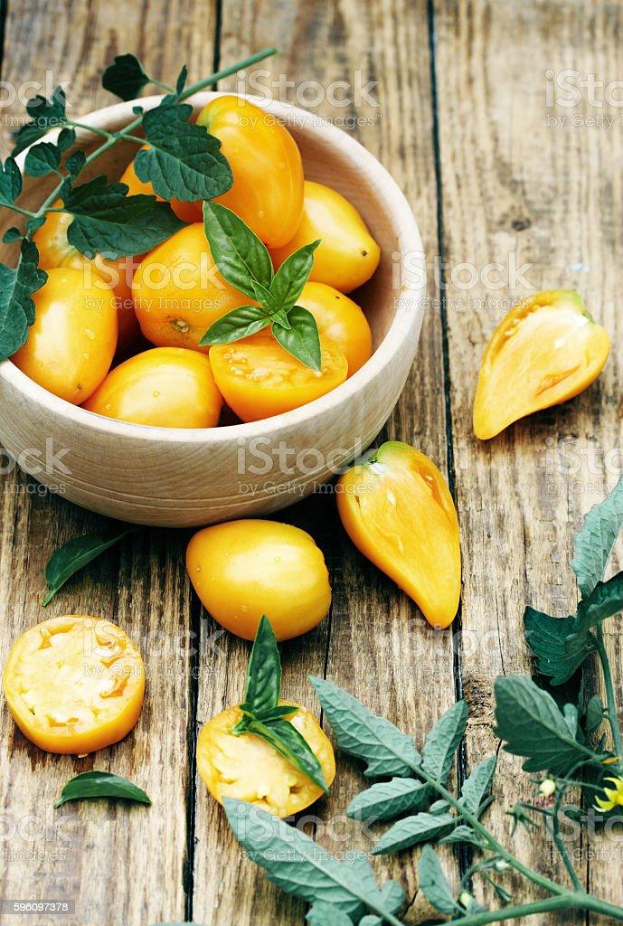 yellow tomatoes in a wooden bowl Lizenzfreies stock-foto