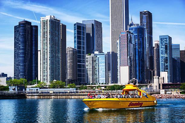 yellow tourst boat, downtown chicago - rondvaartboot stockfoto's en -beelden