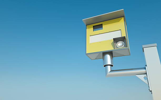 gelbe ampel-kamera - geschwindigkeitskontrolle stock-fotos und bilder
