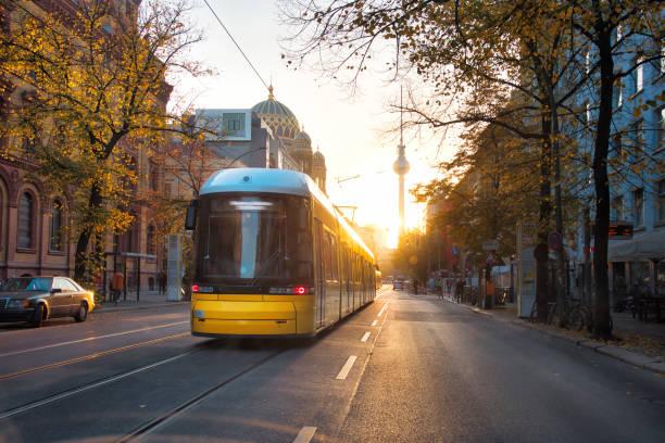 gula tåg tidig morgon i berlin - berlin city bildbanksfoton och bilder