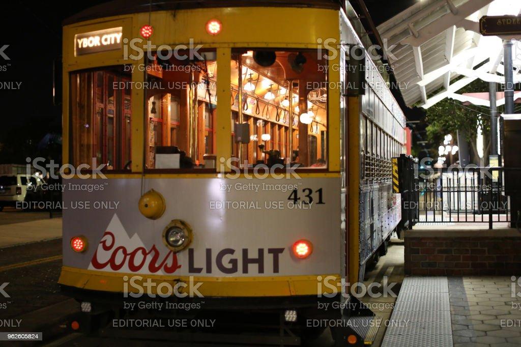 Foto de Carrinho Amarelo Na Condução Em Ybor City À Noite Lá