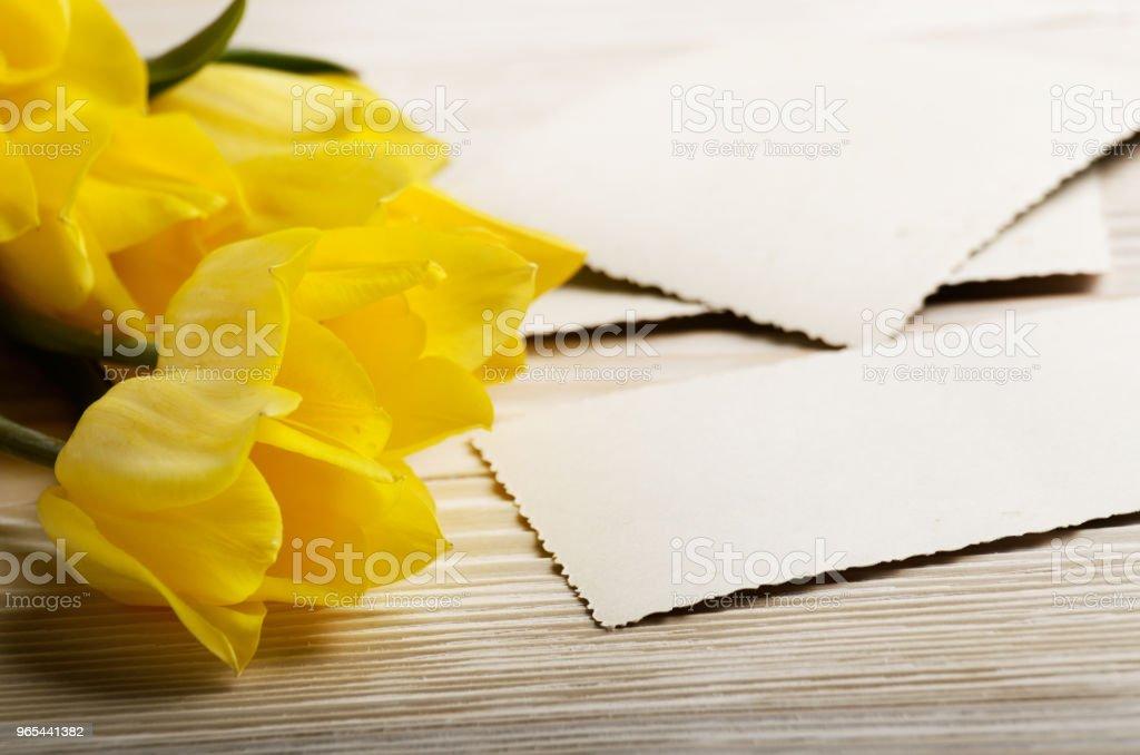 노란 튤립과 자연 나무 배경 텍스트 위한 공간에 빈 인사말 카드 - 로열티 프리 결혼식 스톡 사진
