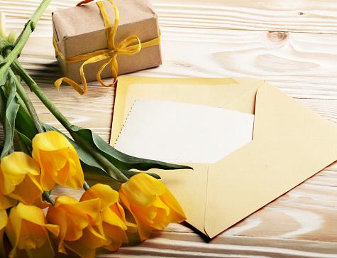 빈 인사말 카드 선물 상자와 봉투 텍스트 위한 공간 자연 나무 배경에 노란 튤립 결혼식에 대한 스톡 사진 및 기타 이미지