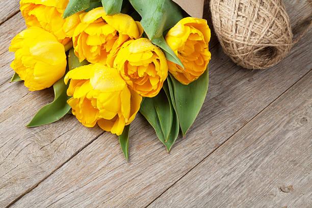 yellow tulips over wooden table - meerdere lagen effect stockfoto's en -beelden