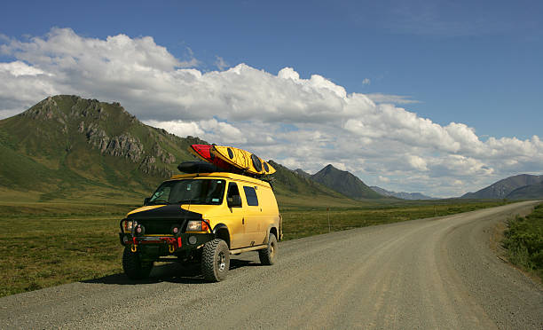 gelbe van - kanada rundreise stock-fotos und bilder