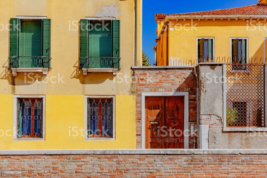 Amarelo veneziano bulding em Veneza, Itália - foto de acervo