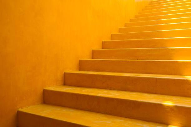 gelbe wand und schritte hintergrund - moderner dekor für ferienhaus stock-fotos und bilder