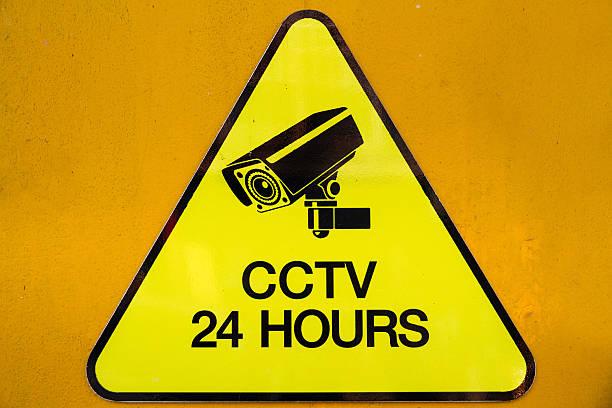Gelbe Warnung Schild Videoüberwachung Sicherheit Kameras rund um die Uhr geöffnet – Foto