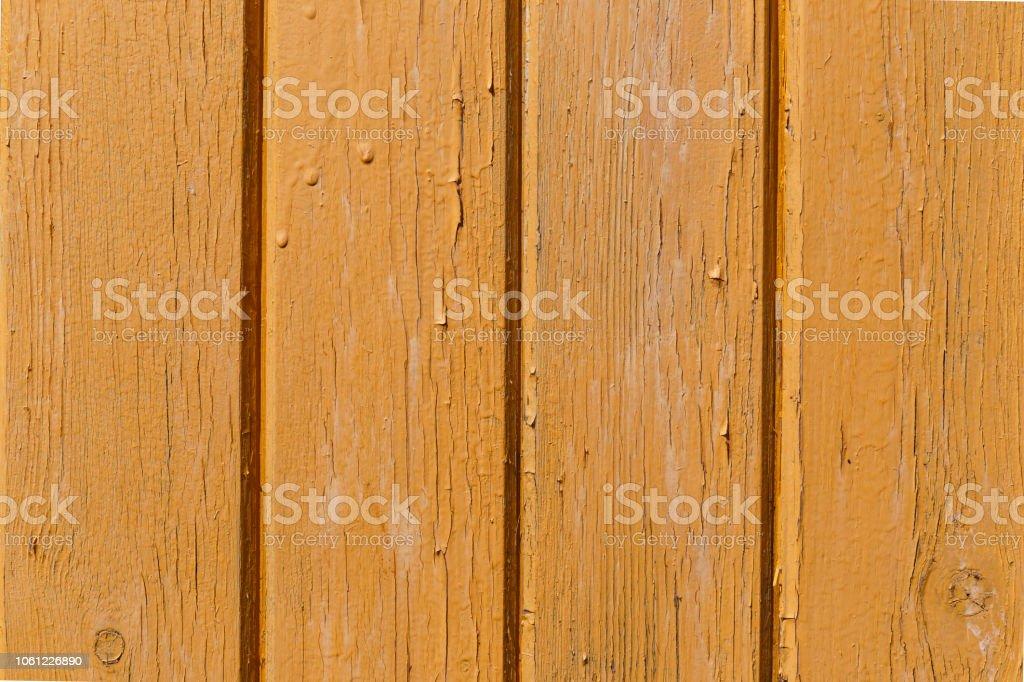 Parede de madeira amarela. Velhas gasto pranchas de madeira com rachado cor pintam. Plano de fundo. Madeira de textura. - foto de acervo