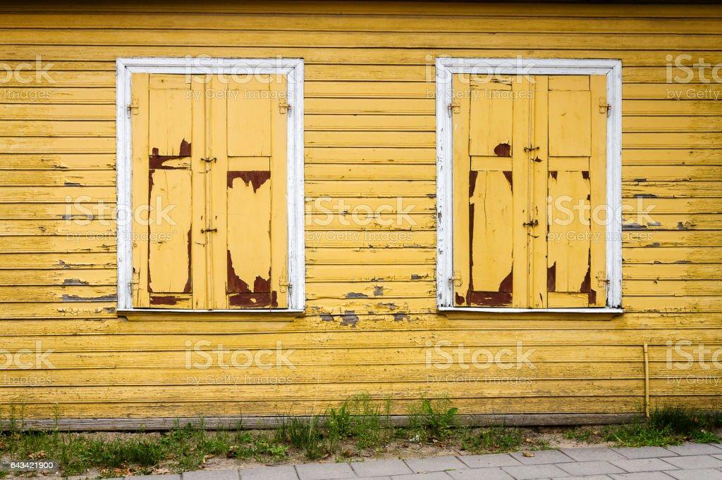 Amarelas de madeira na parede com algumas janelas - foto de acervo