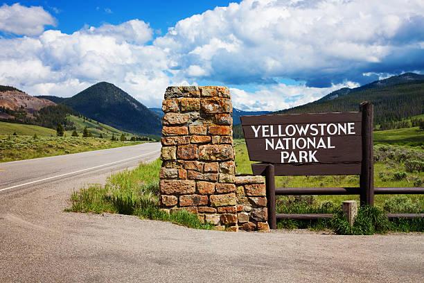 yellowstone national park entrance - natuurreservaat stockfoto's en -beelden