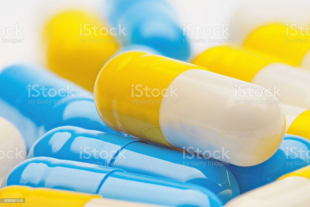 yellow-white pill in a pile of medical pills – Foto