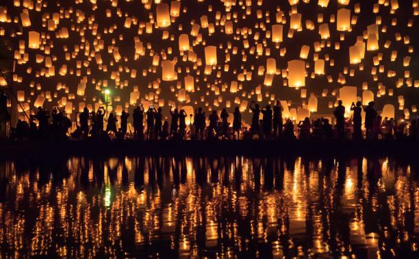 yi peng festival (festival das lanternas) chiang mai, tailândia - lanterna - fotografias e filmes do acervo
