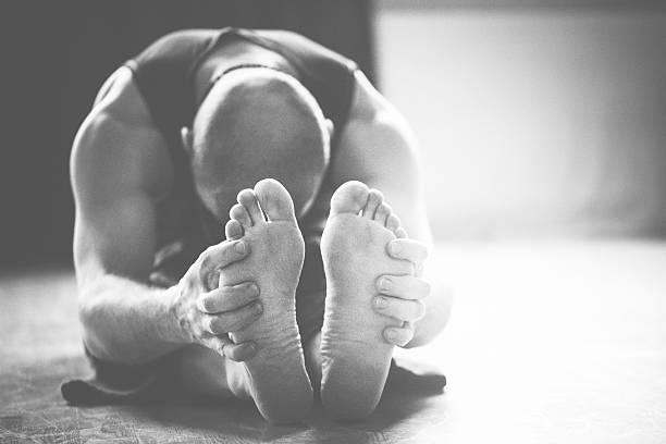 yoga und meditation - yin yoga stock-fotos und bilder