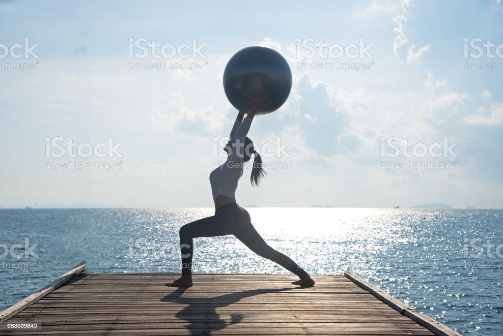 Fotografía de Bola De La Yoga Pilates Pelota A Joven En El Fondo De ... 94a2f4cc587c