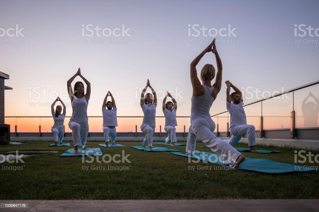 Clase De Yoga En La Terraza Al Amanecer Foto De Stock Y Más