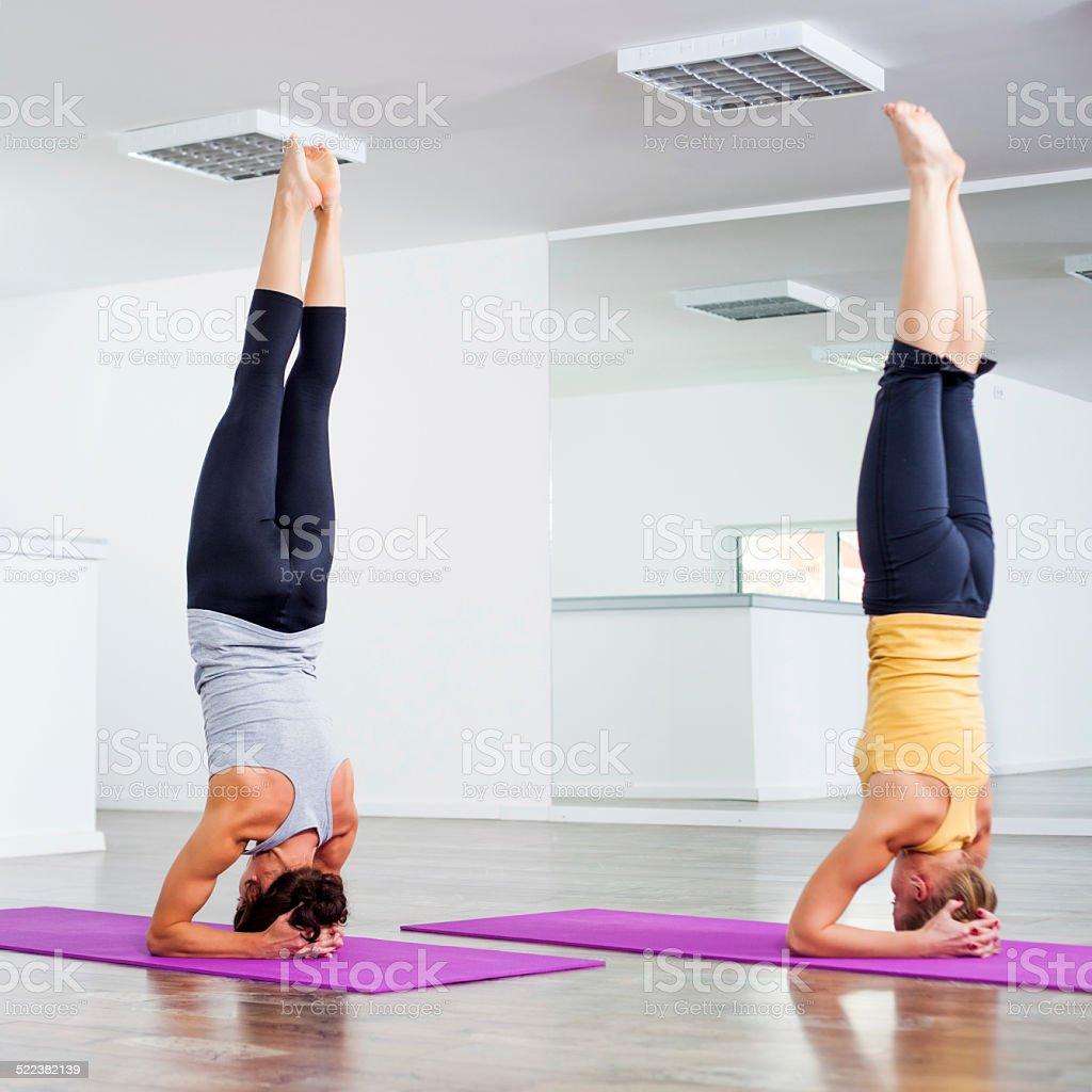 Classe Di Yogasirsasanafare La Verticale Sulla Testa   Fotografie