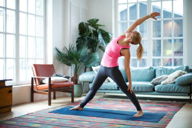 yoga-kurse - gesundheit zu hause stock-fotos und bilder