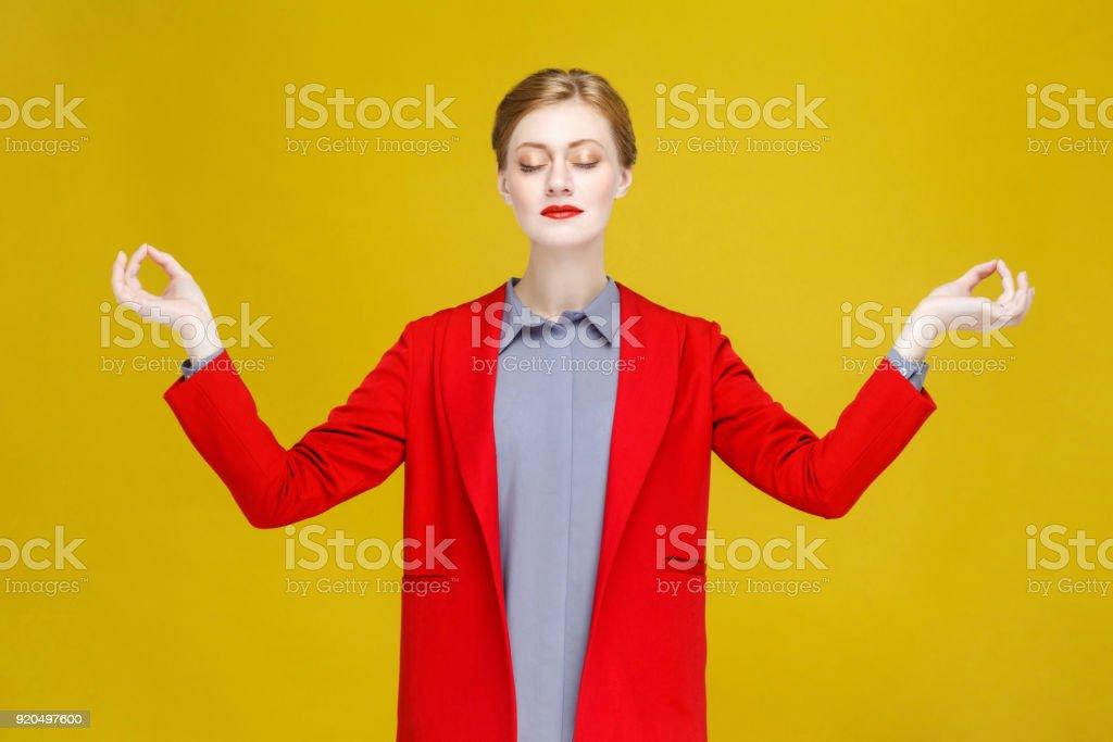Yoga-Konzept. Rote Kopf gut gekleidete Frau Asana zu tun. – Foto