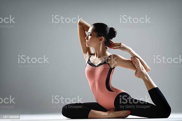 Yoga Ejercicio Foto de stock y más banco de imágenes de Mujeres
