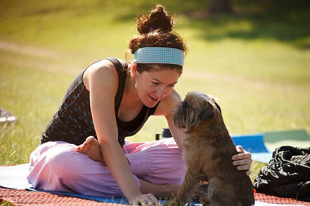 Yoga-Mädchen mit Ihrem Hund – Foto
