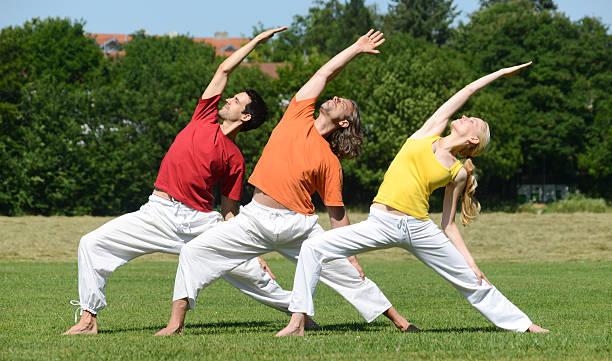 yoga gruppe - kundalini yoga stock-fotos und bilder