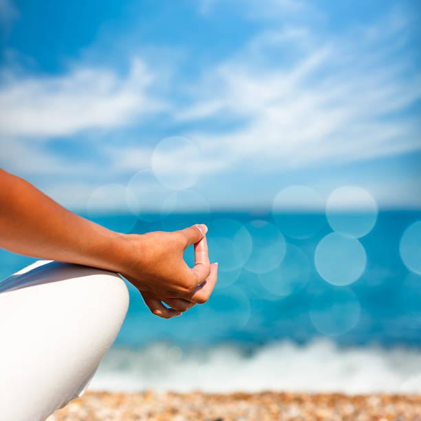 Yoga Hand auf Meer im Hintergrund – Foto