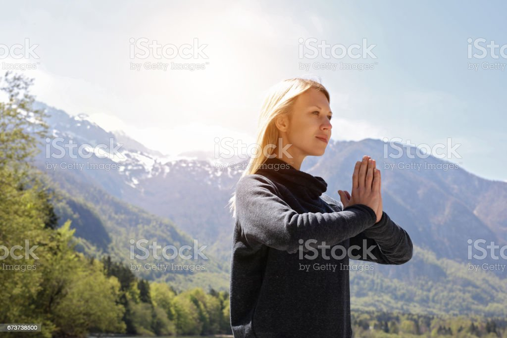 Yoga in nature, Woman Breathing fresh air, meditating in beautiful mountain landscape. Freedom concept photo libre de droits
