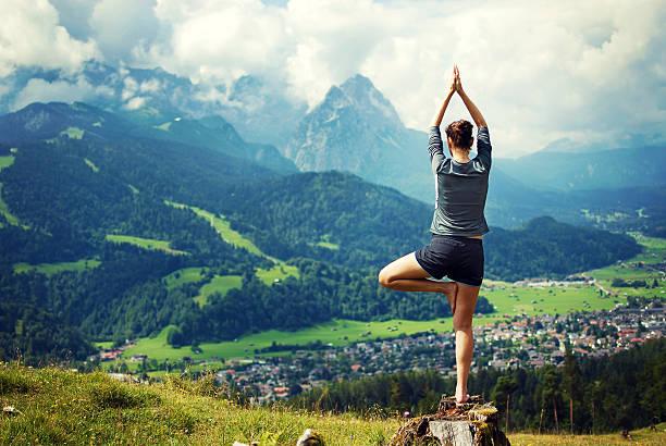 yoga in der natur - berge in bayern stock-fotos und bilder
